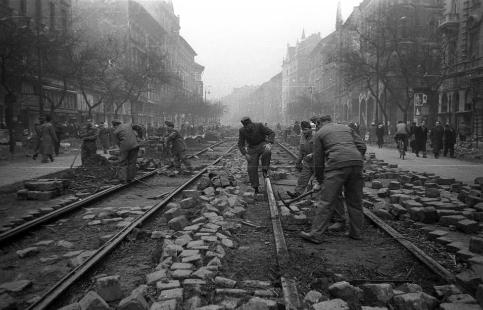 A Nagykörút 1956 novemberében. Zömében már a fegyvernyugvás utáni napok-hetek Budapestje látható ezeken a képeken (szórványos harcok az egyik legtovább kitartó Erzsébetvárosban november 10-ig voltak), de az igazi romeltakarítás inkább csak ezután kezdődött.