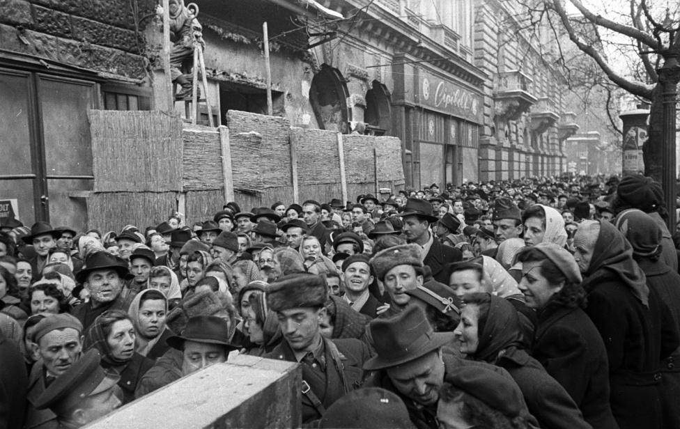 Ebben az első egy-két hónapban még nagyon gyenge és emiatt óvatos is a csak a szovjet tankok miatt pozícióba került hatalom. A rendfenntartó szervek még szétzilálva, a Munkástanácsokkal folynak az időhúzó tárgyalások, és még az októberi napok sincsenek hivatalosan ellenforradalommá nyilvánítva - ez majd csak '57 februárjában lesz esedékes. A nyilvános hangsúly ebben a képlékeny időszakban még nem annyira a represszión, sokkal inkább az újrakezdésen, a munka felvételén, a közbiztonság helyreállításán, az élet normalizálásán van.
