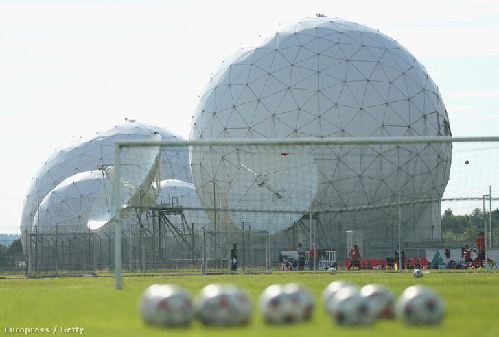 Focilabdák egy digitális kommunikációt figyelő németországi állomás mellett