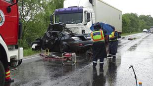 Kamion alá szorult egy autó az 5-ös főúton, ketten meghaltak