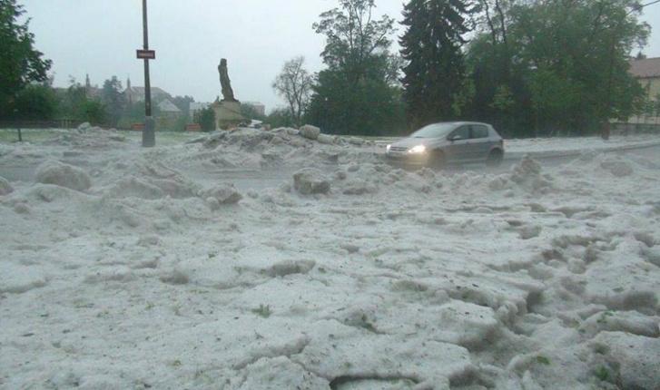 Csehország egyes részein hajnalban utakat torlaszolt el a jégeső