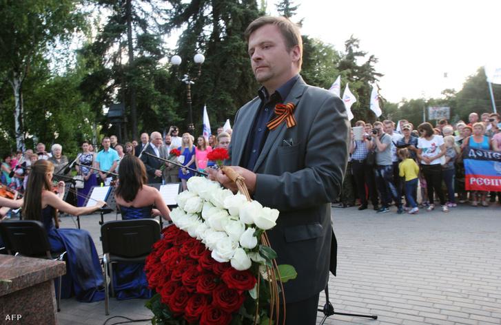 Mateusz Piskorski, a lengyel Zmiana szélsőjobboldali párt elnöke koszorút helyez el a volinyi mészárlás emlékhelyén, Volinyi 2015. július 11.
