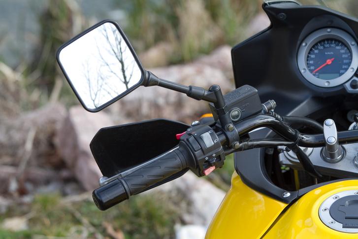 A tükör formája megegyezik azzal, ami még a DR-Z400-on volt. A korai évjáratoknál a repedt a szár alján a műanyag.