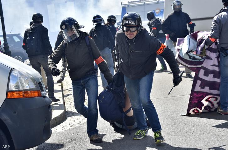 Rendőrök visznek el egy tüntető Nantes-ban 2016. április 28-án