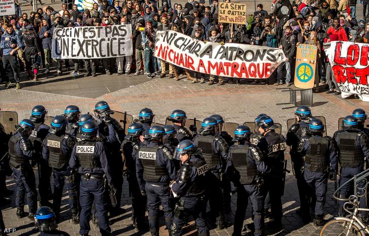 Rendőrök és tüntetők néznek farkasszemet egymással Lillében 2016. április 28-án