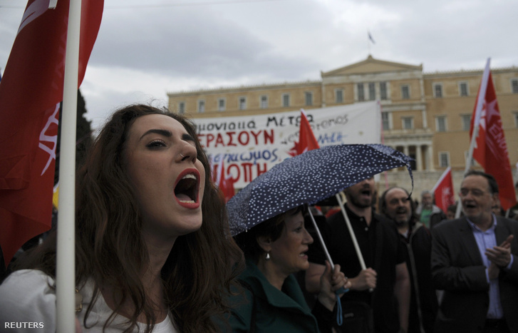 Arcok a megszorítások ellen tiltakozó tömegből az athéni parlament épülete előtt.