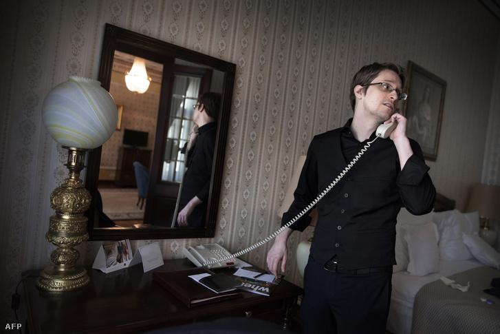 Edward Snowden ad telefonos interjút egy svéd lapnak Moszkvában, 2015. október 21-én.