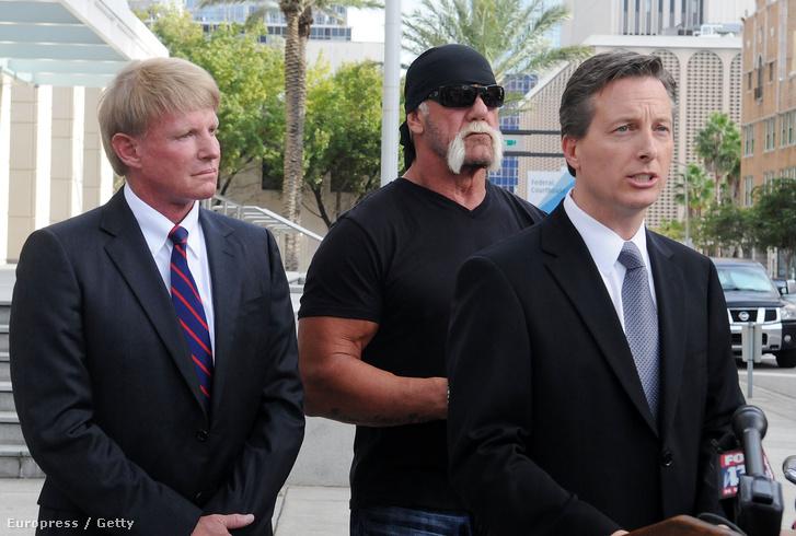Hulk Hogan az ügyvédei társaságában