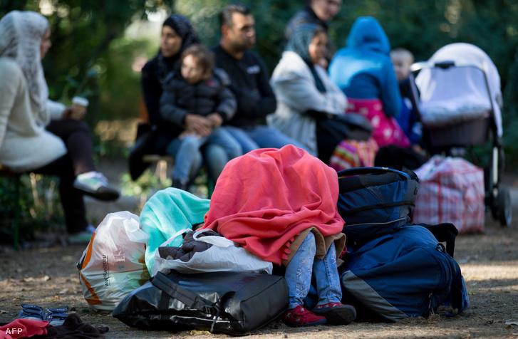 Menekültek és csomagjaik Berlinben.