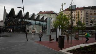 Felújítás után jöttek rá, hogy csúszik a Széll Kálmán tér burkolata