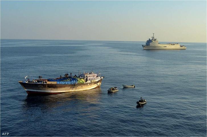 Kalózhajóra lecsapó francia hadihajó Szomália partjainál