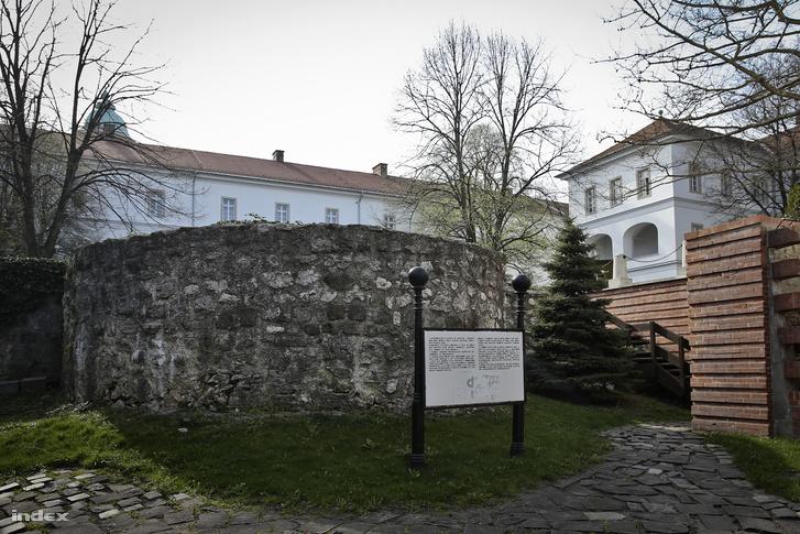 Középkori várfalak a múzeum udvarán. Egykor itt ért véget a Várhegy és a Vár