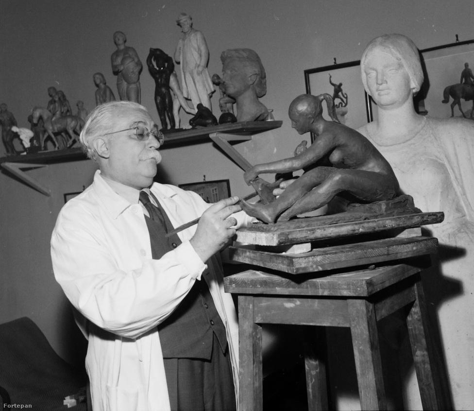 Patzay Pál szobrász- és éremművész a második kerületi, Gábor Áron utcai műtermében 1966-ban. Az ő nevéhez fűződik például a Tízes huszárok emlékműve a székesfehérvári Városház téren, valamint Balassi Bálint szobra a budapesti Kodály köröndön. A második világháború alatt kőbányai műtermében üldözötteket bújtatott, amiért halála után csaknem húsz évvel, 1998-ban Világ Igaza kitüntetést kapott.