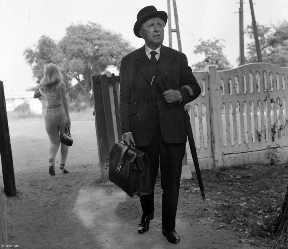 Páger Antal a második világháború előtti Magyarország egyik legnépszerűbb színésze volt. 1944-ben először Pornóapátiba, majd Ausztriába menekült, három évvel később pedig Buenos Airesben telepedett le. 46 évesen hagyta el Magyarországot, és 58 volt, amikor 1956-ban, még a forradalom kitörése előtt visszatért. A fénykép az 1966-os Utószezon című Fábri-film forgatásán készült.