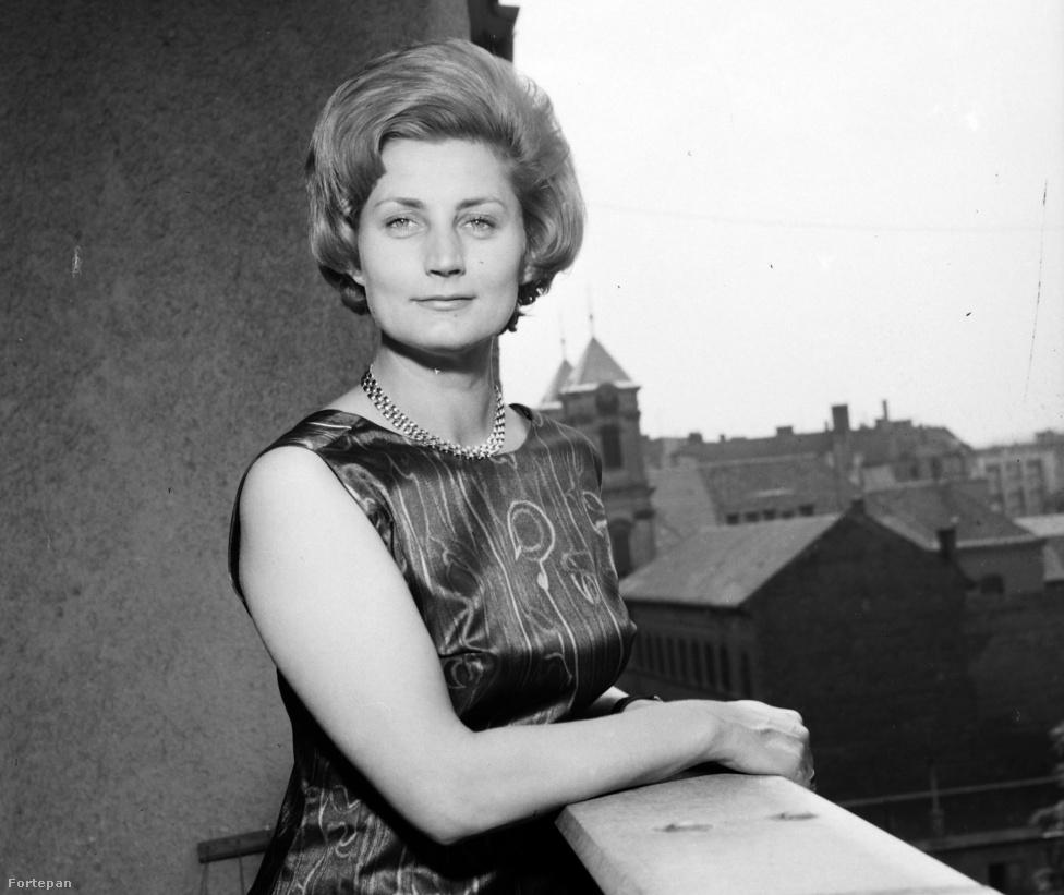Máthé Erzsi otthonában. A művésznő jövőre lesz kilencven éves. Kezdetben a Vígszínház tagja volt, majd a Pécsi Nemzeti Színházhoz került, 1952 és 1983 között pedig a budapesti Nemzeti Színház tagja volt. Innen a Katona József Színházhoz ment át, amelynek alapító tagja is egyben.