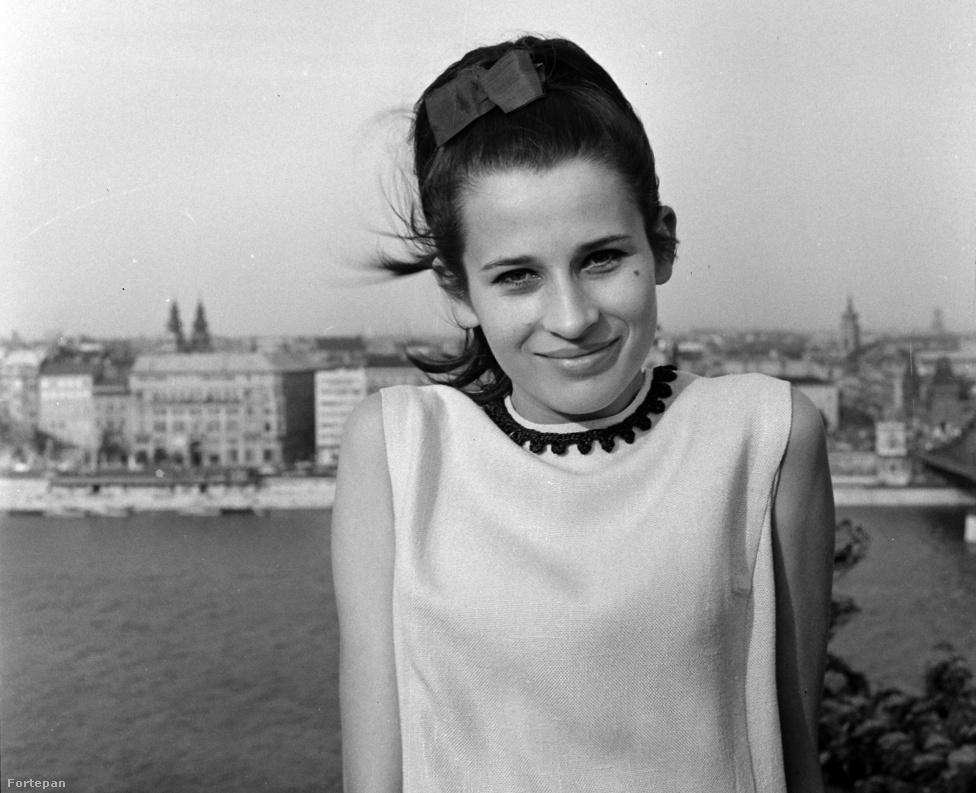 """Koncz Zsuzsa a Gellért-hegyen. A kép a fentebb látható Metro-fotó idején készült. Az énekesnő március 7-én lett hetvenéves. Néhány napja Veiszer Alinda műsorában beszélt arról, hogy Bors Jenővel és Erdős Péterrel is jó kapcsolatot ápolt, közös munkáik ellenére pedig sosem emberi értékei miatt kedvelte Szörényit. """"Leventével gyerekkorunk óta ismerjük egymást. Azóta tudom, ki ő, miből van, és vannak emberek, akiket nem feltétlenül azért értékelek, hogy milyen emberek, hanem azért, mert tehetségesek"""" – mondta."""