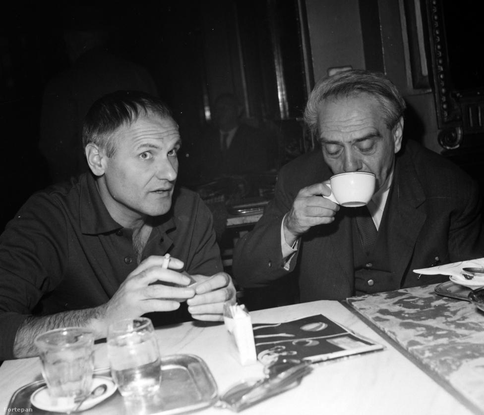 Jancsó Miklós és  Zelk Zoltán közös asztalnál az Írók és Filmesek találkozón. A költő olykor filmekben is feltűnt: ő játszotta Nusdorf bácsit a Szindbádban, Bíró Andort a  Gyula vitéz télen-nyáronban, illetve Szabó István Tűzoltó utca 25-jében is feltűnt.