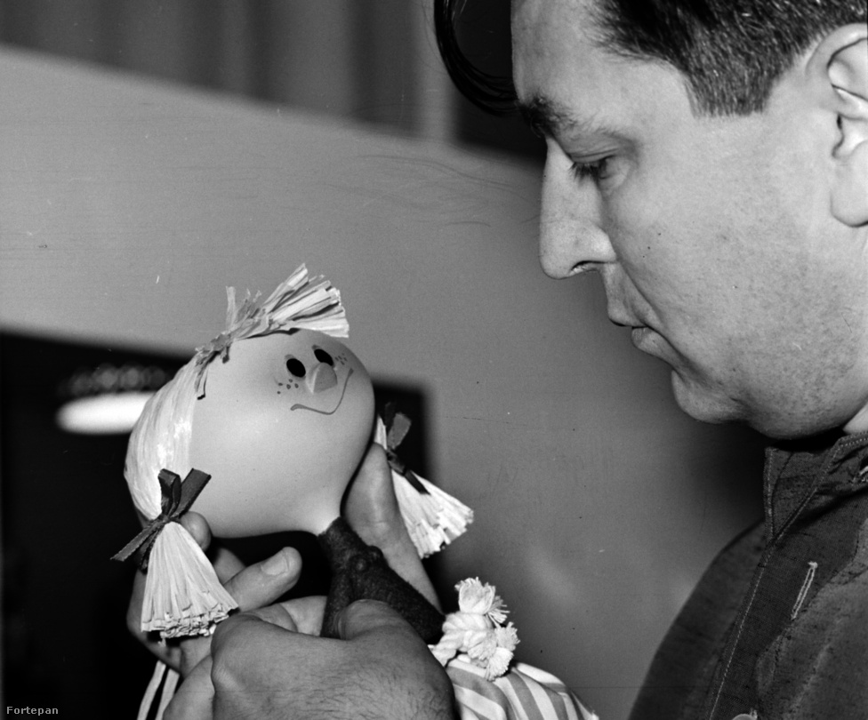 Foky Ottó bábművész több száz esti mesét, gyerekfilmet, reklámfilmet rendezett és tervezett. Olyan sorozatok alkotója volt, mint a Mirr-Murr, a kandúr, a Misi mókus kalandjai vagy A legkisebb Ugrifüles. Feleségével, Foky Emmivel a kilencvenes években több mesekönyvet is illusztrált. 2012 szeptemberében halt meg. A fotó saját kiállításán készült, ahol bábterveit állította ki.