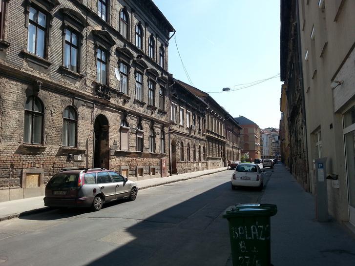 Bontásra ítélt, korábban védett homlokzatú házak, amiket most értékesített az önkormányzat. A háttérben két felújított épület
