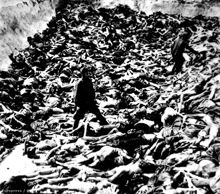 Az SS-es doktor Klein áldozataival a Bergen-Belsen koncentrációs táborban a II. Világháború alatt.