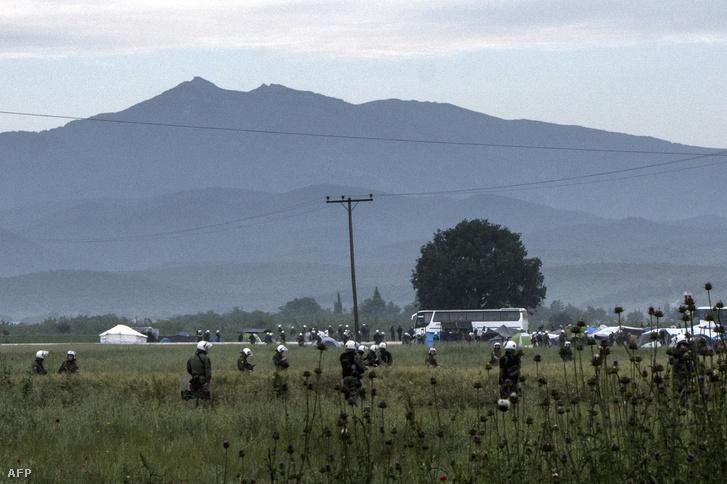 Rendőrök intézkednek a tábor körüli mezőn május 24-én, a kitelepítés napján.