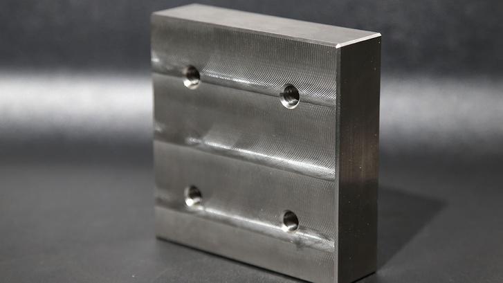 Egy szabvány DTM-es büntetősúly. 2,5 kilogramm és wolframból van