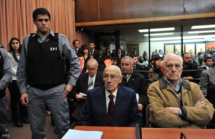 Jorge Rafael Videla (b) és Reynaldo Bigone (b2) volt argentin diktátorok perük ítélethirdetésére várnak egy Buenos Aires-i bíróságon 2012. július 5-én.