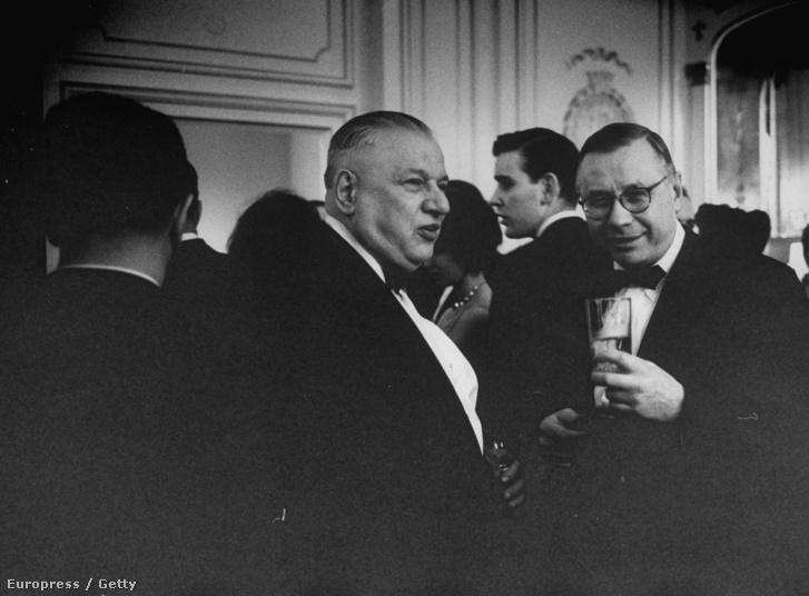 Andrew W. Cordier (balra) és Arkady A. Sobolev (jobbra) Ali Khan herceg partiján.