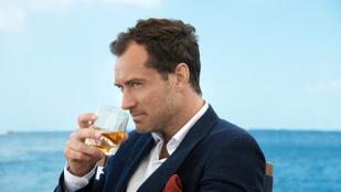 Ha mindig is érdekelte, hogy issza Jude Law a whiskyt...