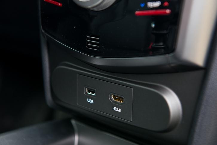 HDMI aljzat telefontükrözéshez, bár szerintem két USB jobb lenne