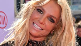 Britney Spears kilógatta a medencéjéből kebleit