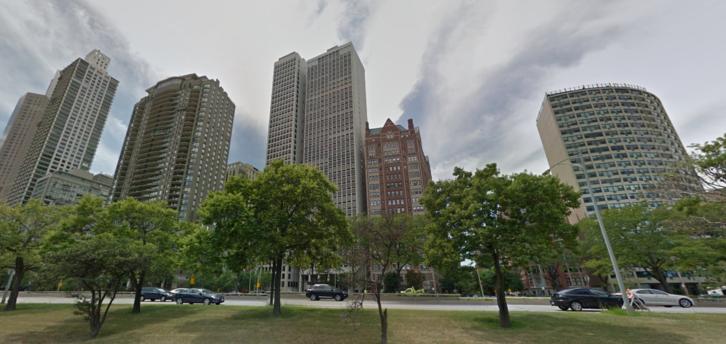 Felhőkarcolók a North Lake Shore Drive-on. A középső és a jobb szélső Hausner & Macsai terve