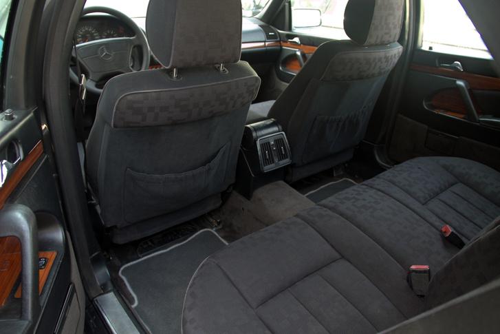 Itt a kényelem fejedelmi, ebben még ma is nehezen utolérhető a W140