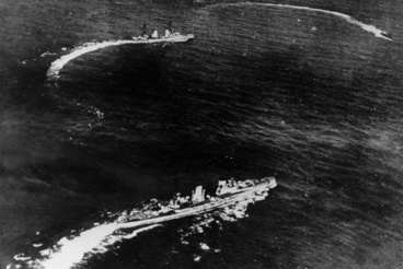 A német SMS Seydlitz és SMS von der Tann fordulnak támadóhelyzetbe