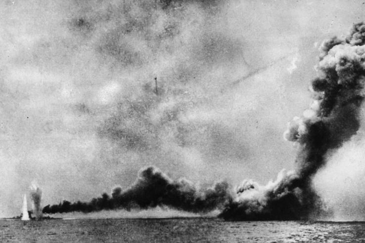 A Queen Mary utolsó pillanatai, a jobb oldalán a Seydlitz és a Derfflinger találatainak robbanásai láthatók.
