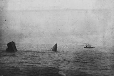 Az Invincible roncsai a hajó pusztulása után fél órával. A kép a HMS Benbow torpedóromboló fedélzetéről készült, a Benbow vette fel az Invincible robbanását megúszó hat túlélőt