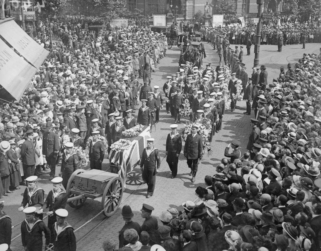 John Cornwall temetése. A 16 éves fiú a Jütlandnál sérült meg, de csak később halt meg. Ő a legfiatalabb, aki megkapta a legmagasabb brit katonai kitüntetést, a Viktória keresztet - már csak a halála után.