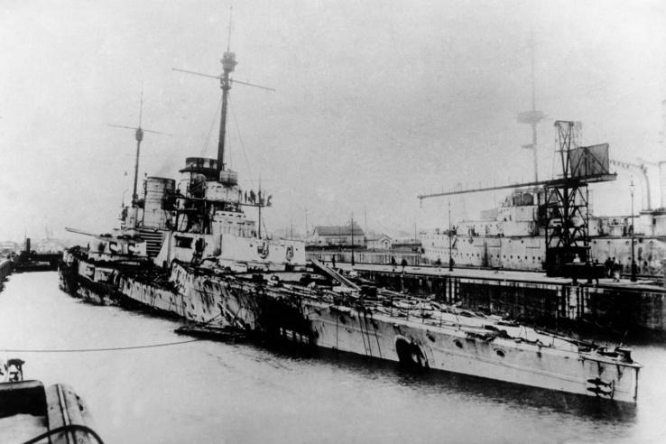 A Seydlitz sérülései. A német hajón 98 ember halt meg és 55 sérült volt. A 21 bekapott találat közül kettő is olyan volt, amely angol hajókkal végzett volna, de a német megoldás megakadályozza, hogy egy rossz helyre bejutó találat az egész hajót felrobbantsa.