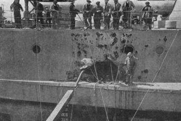 Egy kellemetlen, de nem végzetes találat: a Warspite egyik sérülése, melyet egy, a hajótestben felrobbant lövedék okozott