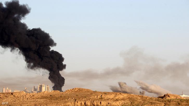 Füstfelhő Falludzsánál, az iraki seregek támadásai után 2016. május 23-án.