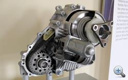 Az X-Drive lelke, igaz, ez valójában egy X3-asé, de elvében az X1-é sem különbözik: egy lamellás tengelykapcsoló zárogatásával és nyitogatásával juttat nyomatékot a rendszer az első tengelyre is, ha teljesen nyit, akkor a kocsi hátsókerekes
