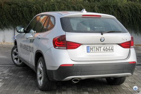 Az új BMW-k jellegzetes hátsó sávos világítása itt is feltűnt