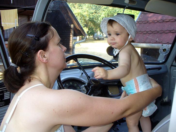 A gyerekek imádták az aranyos kisbuszt