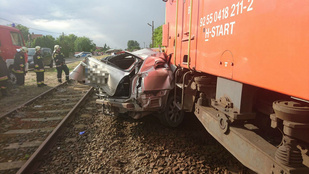 Vonat gyűrt maga alá egy autót Táborfalvánál