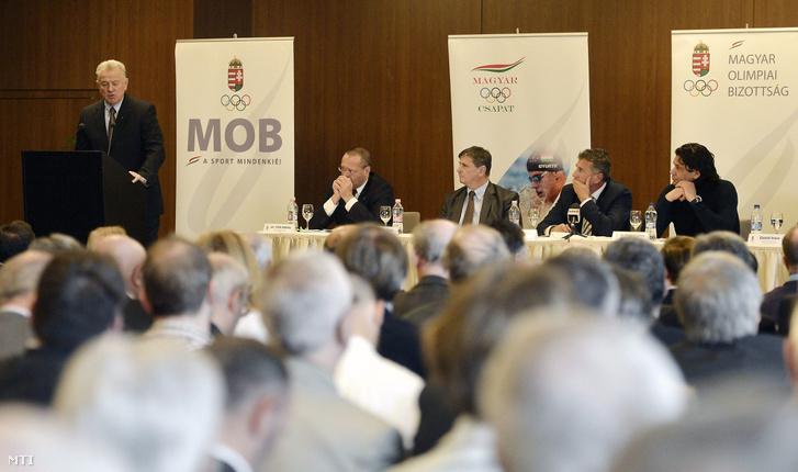 Schmitt Pál a Nemzetközi Olimpiai Bizottság tagja beszél Szabó Bence a MOB főtitkára és Deutsch Tamás a MOB alelnöke előtt a MOB 2015-ös közgyűlésén.