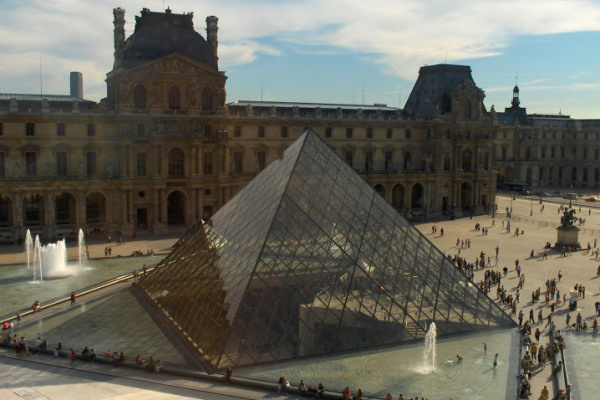 A Louvre piramisa