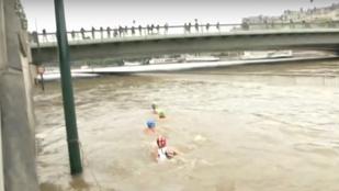 Ezek az emberek úszva közlekednek a párizsi árvízben