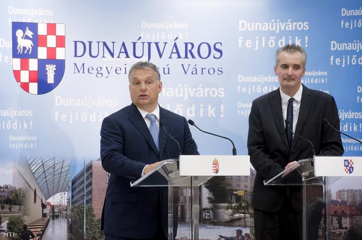Orbán Viktor miniszterelnök (b) és Cserna Gábor (Fidesz-KDNP) Dunaújváros polgármestere.