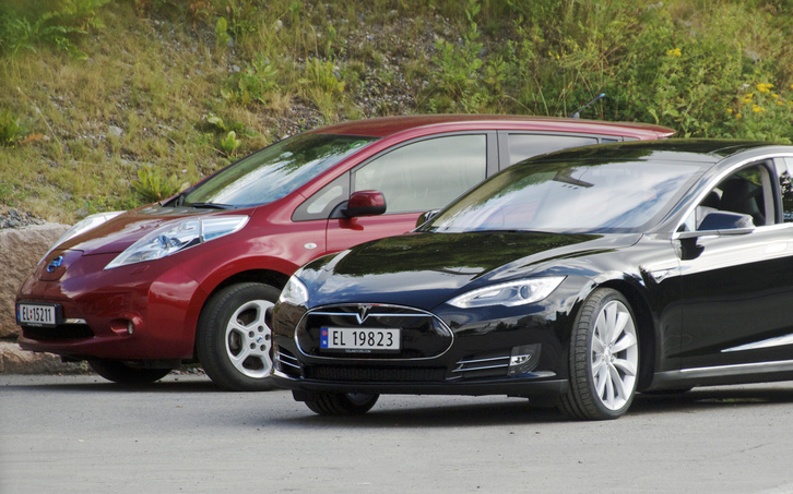 Nissan Leaf and Tesla Model S in Norway cropped