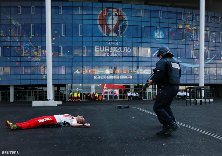 Francia rendőrök gyakorlatoznak egy stadion előtt